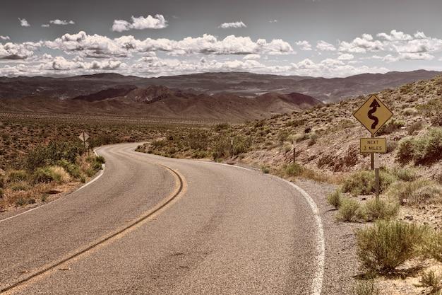 Weg op woestijn overdag
