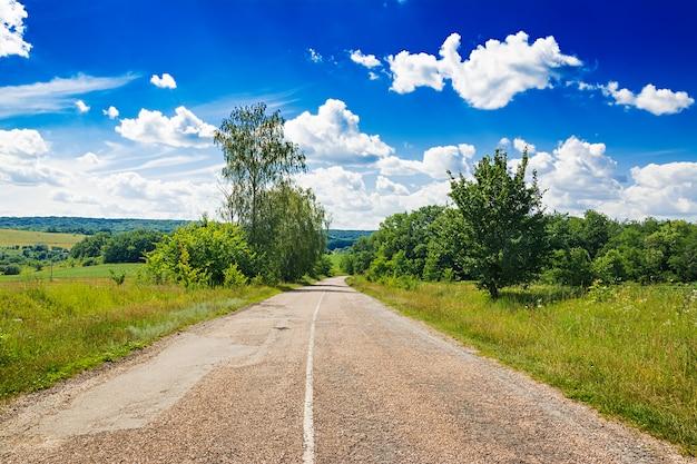 Weg tegen de blauwe hemel. prachtig landschap.