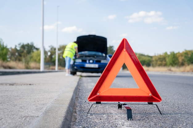 Weganalyse signaleringsdriehoek met opgesplitste auto op de achtergrond