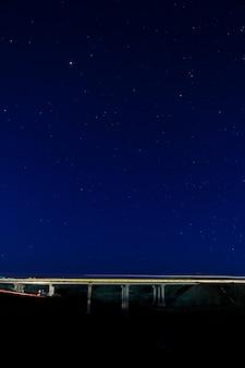 Wegbrug in de nacht de sterrenhemel.
