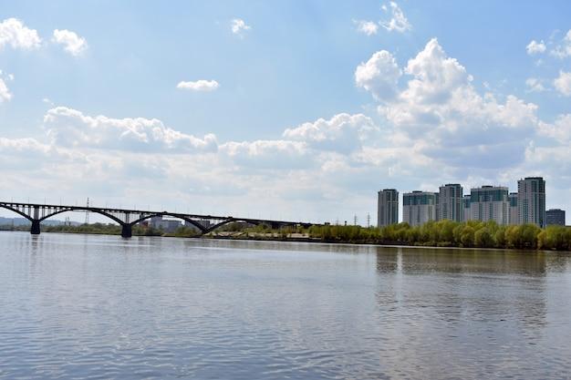 Wegbrug over de rivier de oka. nizjni novgorod