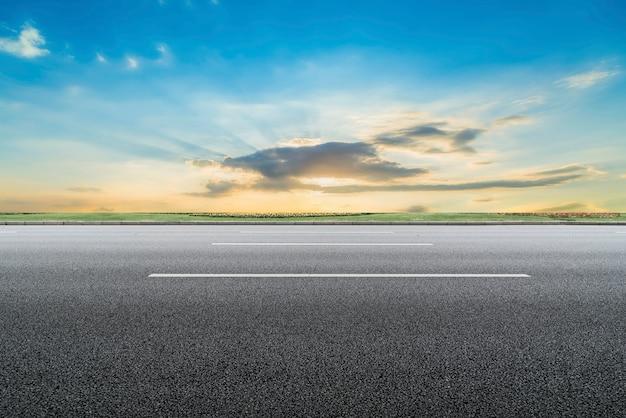 Wegdek en hemel natuurlijk landschap