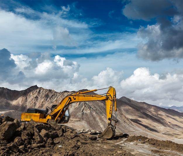 Wegenbouw in de bergen himalaya
