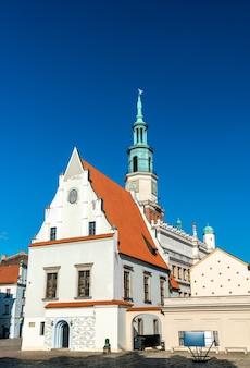 Wegende huis op het oude marktplein in poznan, polen
