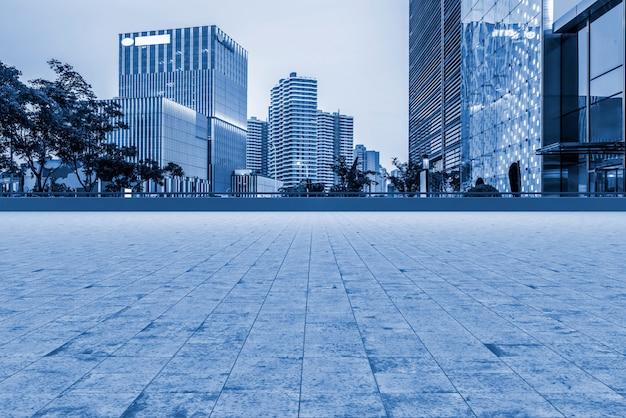 Weggrond en stedelijk modern architecturaal landschap
