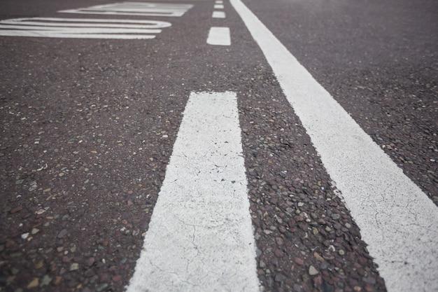Wegmarkering op wegdek