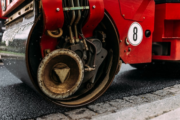 Wegwalsen die asfalt verdichten. wegenreparatiewerkzaamheden.