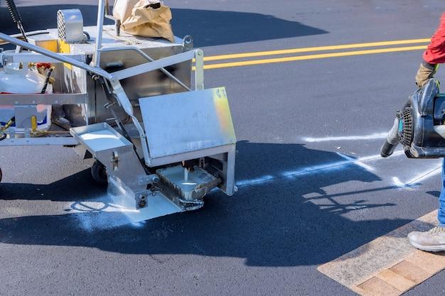 Wegwerker thermoplastische spraymarkeermachine schilderwerk op straat