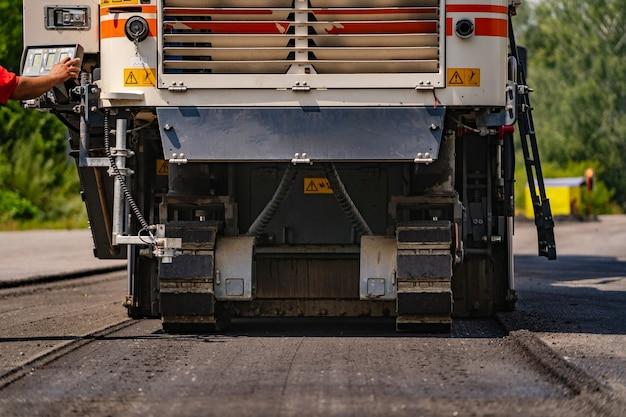 Wegwerkzaamheden bij het leggen van een nieuw asfalt