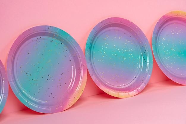 Wegwerp borden op een rij op roze achtergrond