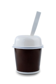 Wegwerp kartonnen dessert of ijs beker met plastic deksel en lepel geïsoleerd