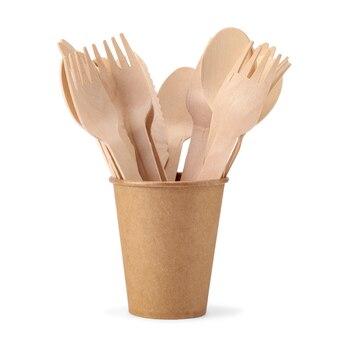 Wegwerp papieren beker met houten vorken en lepels geïsoleerd op een witte achtergrond. milieuvriendelijk wegwerpservies van natuurlijk materiaal.