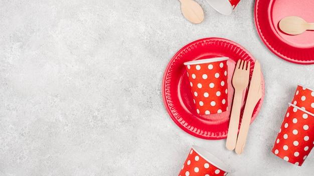 Wegwerp servies arrangement van kopjes en borden