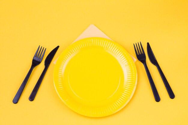 Wegwerpbord, vorken, messen en een servet