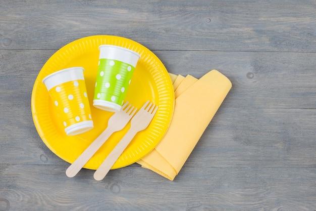Wegwerpbord, vorken, wegwerpglazen en een servet