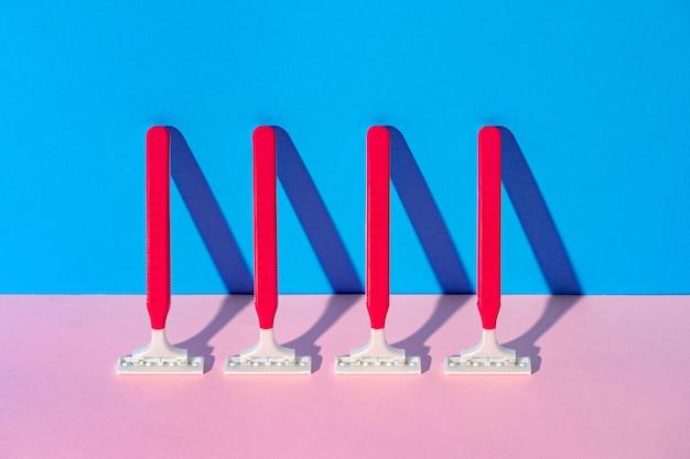 Wegwerpscheermes op blauwe en roze achtergrond, studioschot