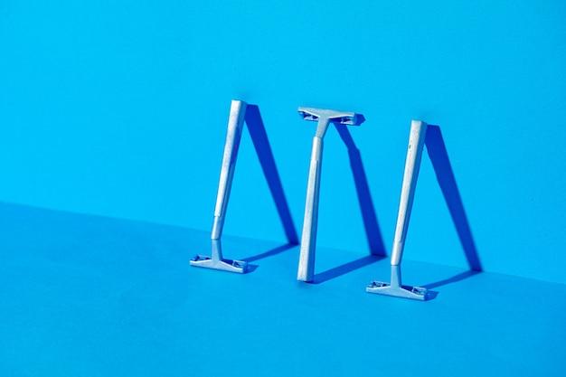 Wegwerpscheermesjes op blauwe achtergrond, studioschot