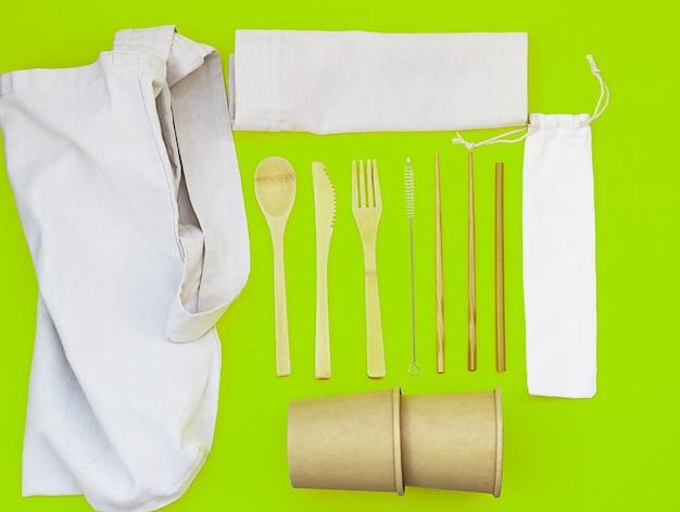 Wegwerpservies gemaakt van milieuvriendelijke materialen en linnen tassen