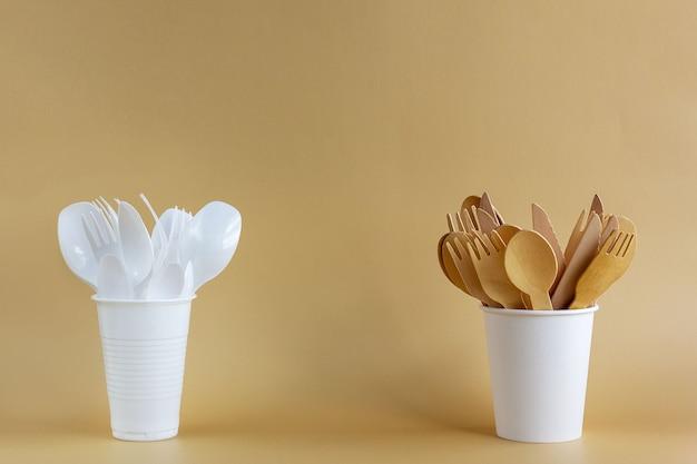 Wegwerpservies gemaakt van plastic en natuurlijk hout en papier. milieubescherming concept.