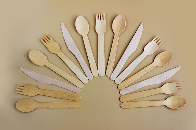 Wegwerpservies van natuurlijk hout, lepel, mes en vork, milieuvriendelijk. biologisch afbreekbaar picknickservies, moderne vervanging voor plastic.