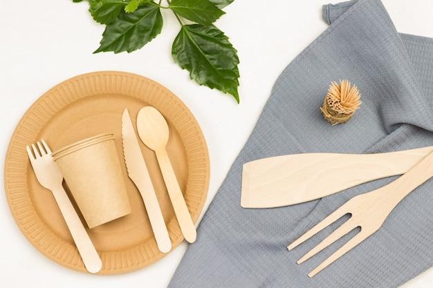 Wegwerpservies voor picknick, afhaalmaaltijden. ecologisch concept. wit oppervlak. plat leggen