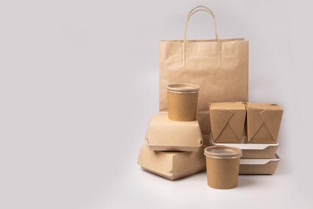 Wegwerpverpakking voor voedselbezorging op grijze achtergrond