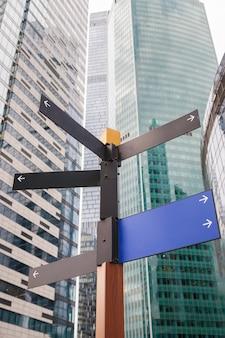 Wegwijzer met straatrichting mock-up in het centrum van de stad