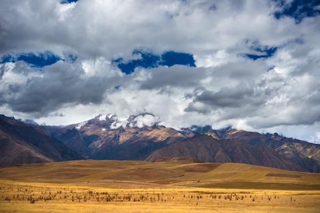 Weids uitzicht op de heilige vallei, peru vanaf pisac inca-site, belangrijke reisbestemming in cusco, peru. dramatische hemel.
