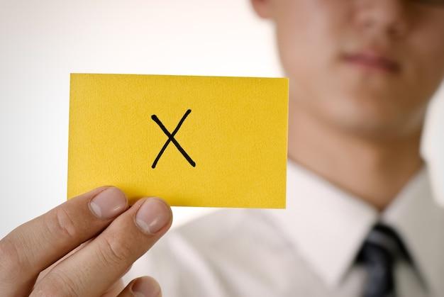 Weiger patroon op gele kaartgreep door zakenman
