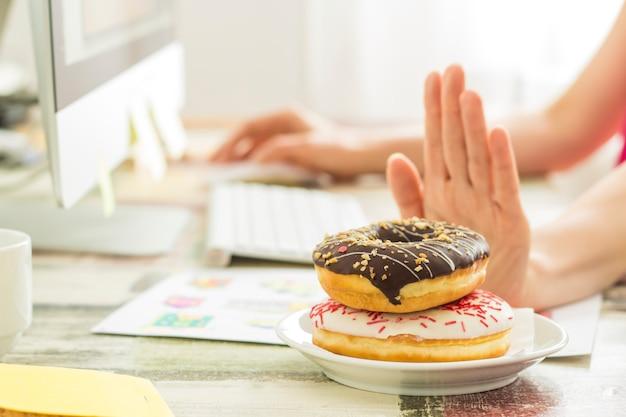Weigering van het snoepje op de werkplek. dieet. goede voeding.
