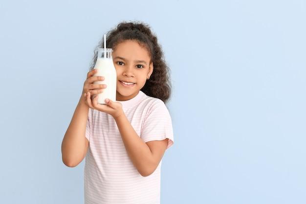 Weinig afrikaans-amerikaans meisje met melk op kleur