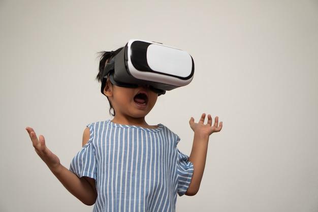 Weinig aziatisch meisjeskind met virtual reality-headset