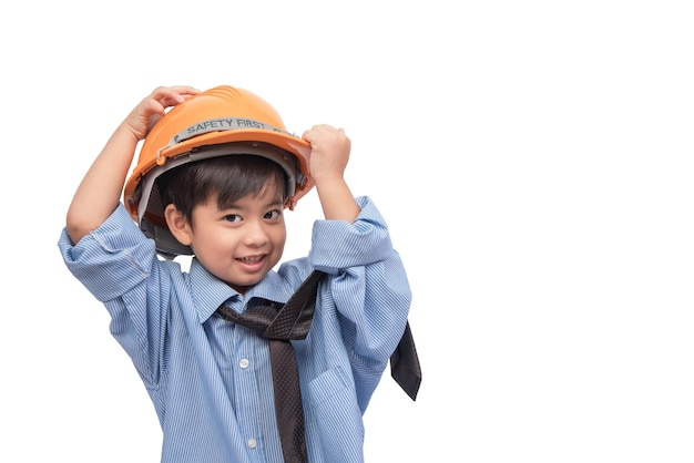 Weinig aziatische jongen gelukkig in bouwtechniek past aan op witte achtergrond