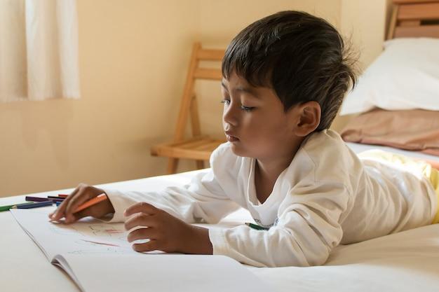 Weinig aziatische jongensverf op wit boek in de ruimte