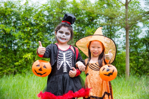 Weinig aziatische meisjes in halloween-kostuum
