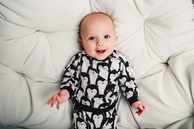Weinig baby die op het ronde schommelen en glimlachen ligt