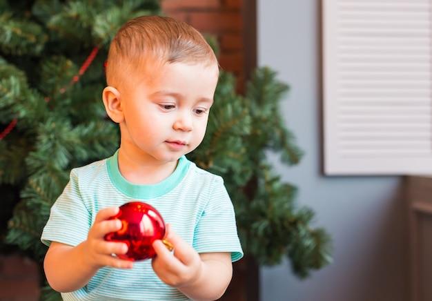 Weinig babyjongen met kerstmisbal