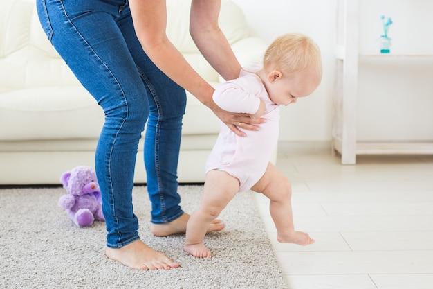 Weinig babymeisje dat leert lopen