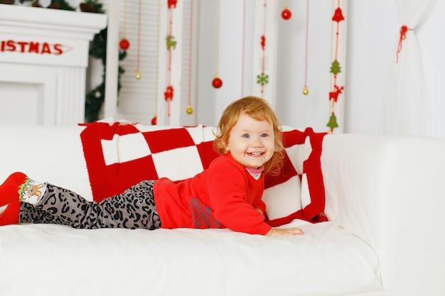 Weinig babymeisje in prachtige kerstversiering nieuwjaarsvoorbereiding