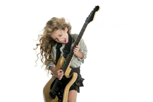 Weinig blond meisje die harig de windhaar van de elektrische gitaar spelen