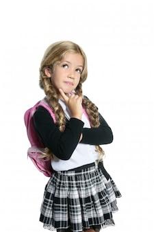 Weinig blond schoolmeisje met rugzakportret op wit