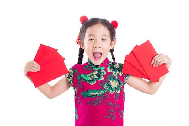 Weinig chinees meisje in rode kleuren traditionele kleding