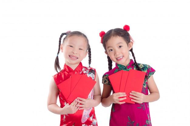 Weinig chinese meisjes in rode kleuren traditionele kleding