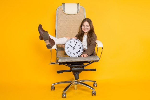 Weinig donkerbruin meisje met klokken als voorzitter