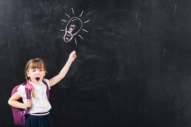 Weinig enthousiast meisje op schoolbord
