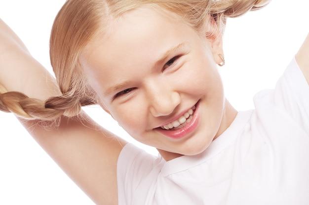 Weinig gelukkig meisje met grote glimlach. afbeelding voor tandheelkunde.