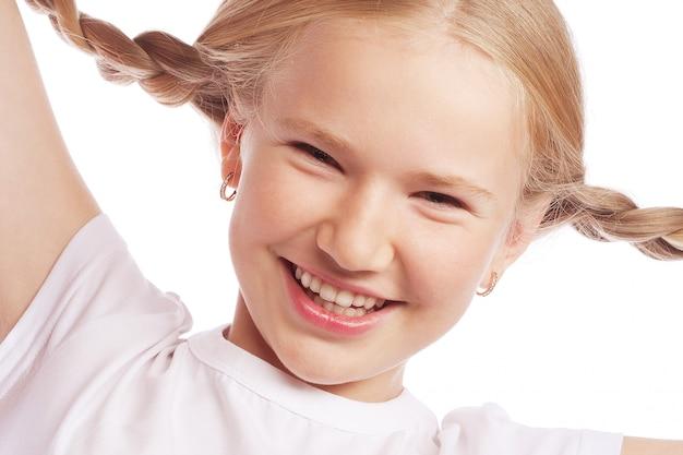 Weinig gelukkig meisje met grote glimlach.