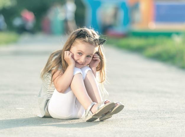Weinig gelukkig meisje zit