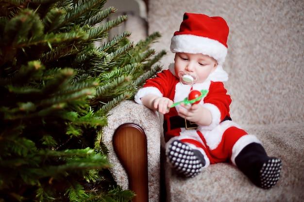 Weinig grappige jongen kleedde zich als kerstman.