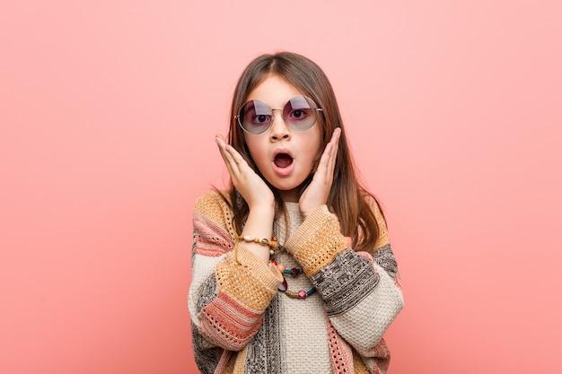 Weinig hippie meisje verrast en geschokt.